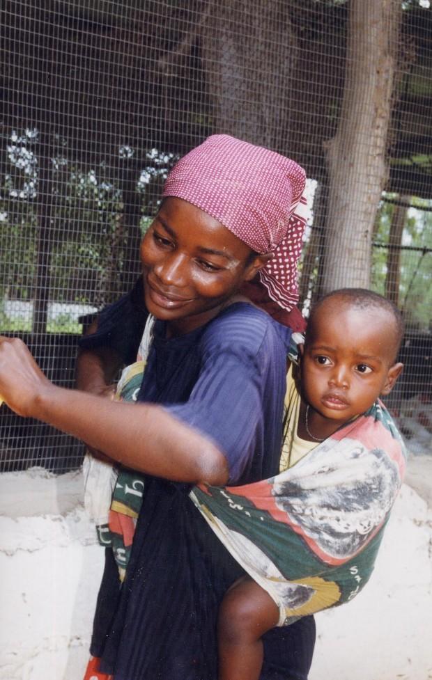Helena Jorge en su casa de Mozambique, durante una visita de Carmen Sarmiento. Imagen: Charo Mármol.