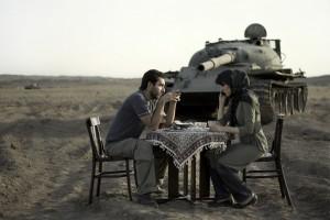 Una pareja come frente a un tanque. (c) Gohar Dashti