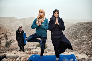 Dos mujeres haciendo yoga en Gaza  (c)Tanya Habjouqa
