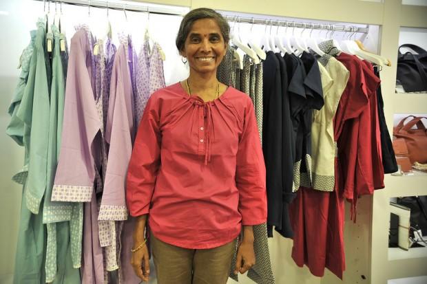 Anjali Tapkire, la primera trabajadora de la cooperativa Creative Handicrafts de  la India, ante algunos de los modelos que confeccionan ella y sus compañeras. Imagen: