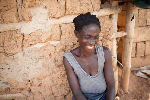 Atta Potir produce aceite de coco desde hace 35 años. Un programa de microcréditos le permite vivir mejor.