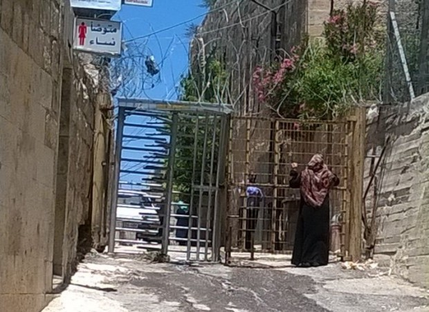 Mujer en un paso en Gaza. Imagen de María Salvador