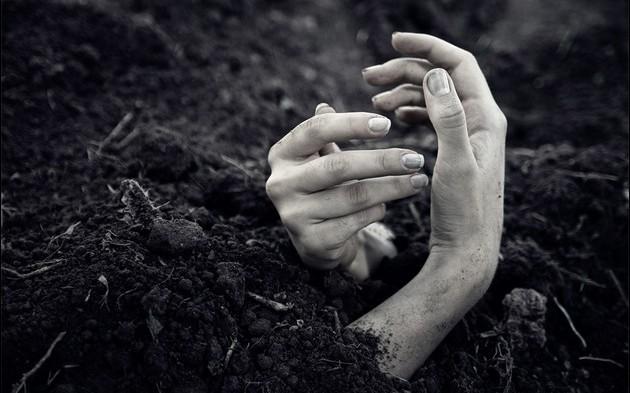 FOTO: Buried alive