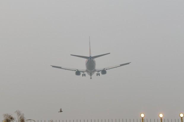 Un avión tomando tierra entre la niebla. (GTRES)
