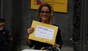 Elena Alfaro antes de entregar las firmas conseguidas para abaratar los libros de texto. (Change.org)