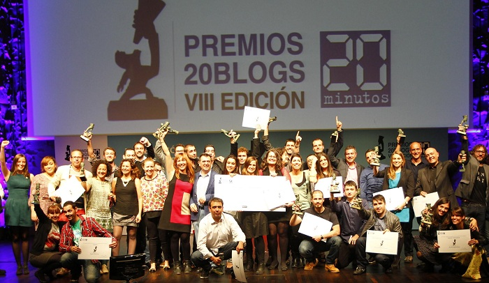 Foto de familia de los 21 ganadores de los VIII Premios 20Blogs. (JORGE PARÍS)