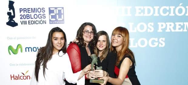 Algunas de las autoras del blog recogiendo su premio. (JORGE PARÍS)