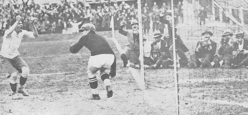 El uruguayo Cea celebra un gol ante Yugoslavia en semifinales. Obsérvese cómo los fotógrafos también lo festejan (WIKIPEDIA).