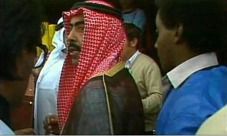 El jeque Fahid Al-Ahmad Al-Sabah, tras explicarle cuatro cosas al árbitro soviético Stupar (YOUTUBE).