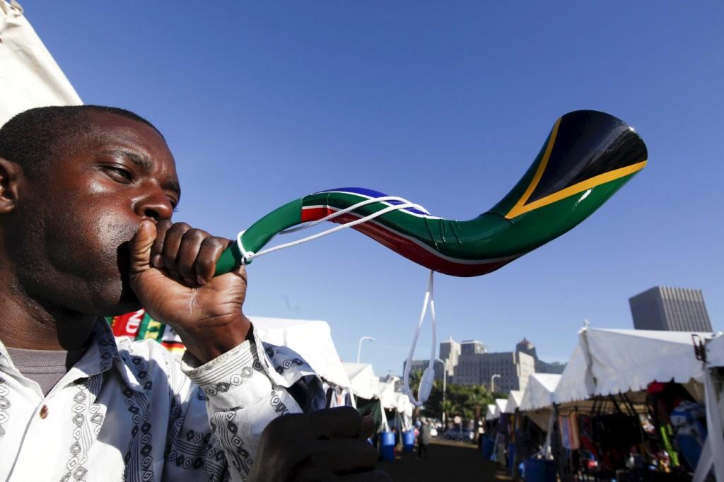 Un hincha sudafricano pone en acción una vuvuzela durante el Mundial de 2010 (Archivo 20minutos).