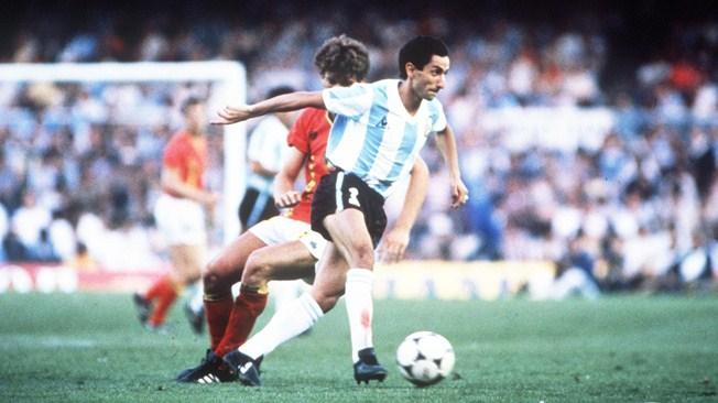 Osvaldo Ardiles controla un balón en el partido ante Bélgica del Mundial 82 (FIFA).