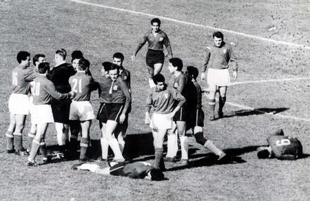 El árbitro inglés Ken Aston trata de poner paz entre chilenos e italianos el 2 de junio de 1962 en el Mundial de Chile (WIKIPEDIA).