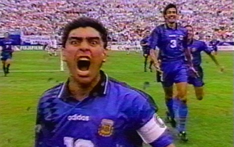 Captura de vídeo de Maradona celebrando su gol ante Grecia en 1994.