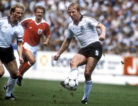 Karl-Heinz Rummenigge, Herbert Prohaska y Horst Hrubesch, en el Alemania-Austria de España 82 (FIFA).