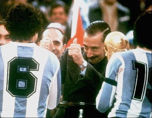 Videla hace un gesto antes de entregar la Copa del Mundo a Daniel Passarella (YOUTUBE).