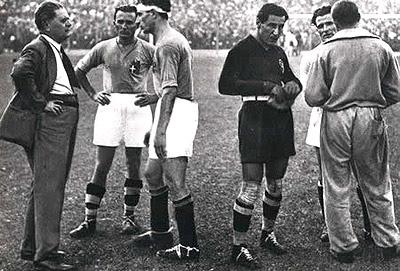 Pozzo da instrucciones a sus jugadores en el Mundial del 34 (WIKIPEDIA).