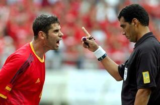 Fernando Hierro increpa a Al-Ghandour en el España-Corea del Sur (EFE).
