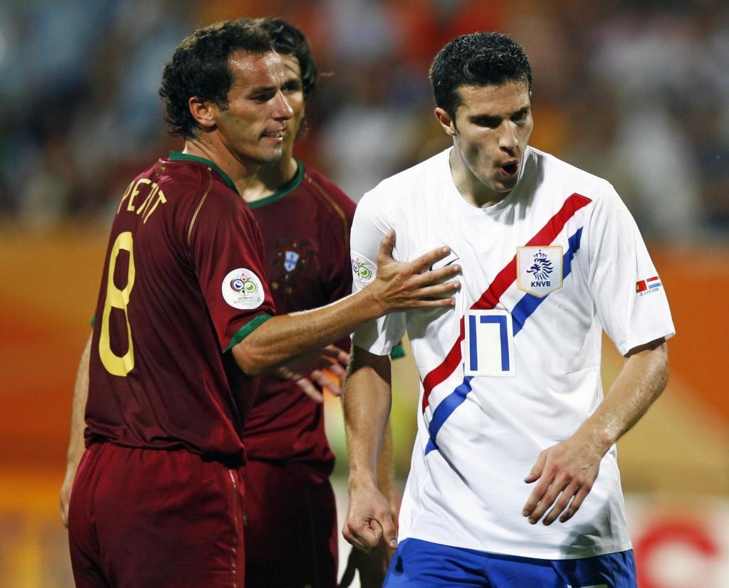 El luso Petit dialoga con Robin van Persie en el partido de octavos de final del Mundial de 2006 que enfrentó a ambas selecciones en Núremberg (ARCHIVO 20MINUTOS).