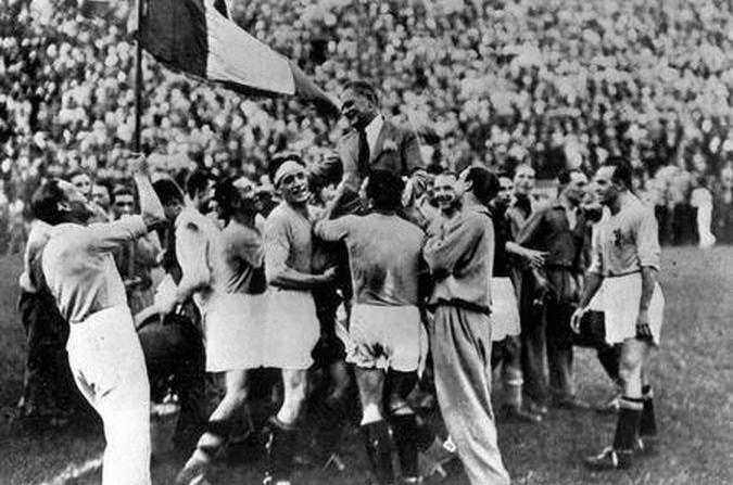 Pozzo, en hombros tras ganar Italia el Mundial del 34 (WIIPEDIA).
