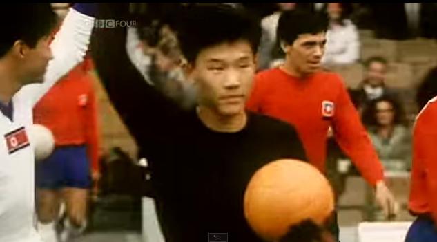 El potero norcoreano saluda al salir al campo en el Mundial 1966 (YOUTUBE).
