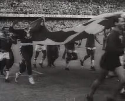Los jugadores brasileños celebran su triunfo en Suecia 58 con una bandera sueca (YOUTUBE).