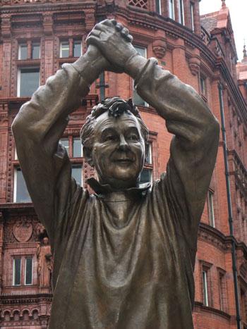 Detalle de la estatua de Clough en Nottingham (WIKIPEDIA)