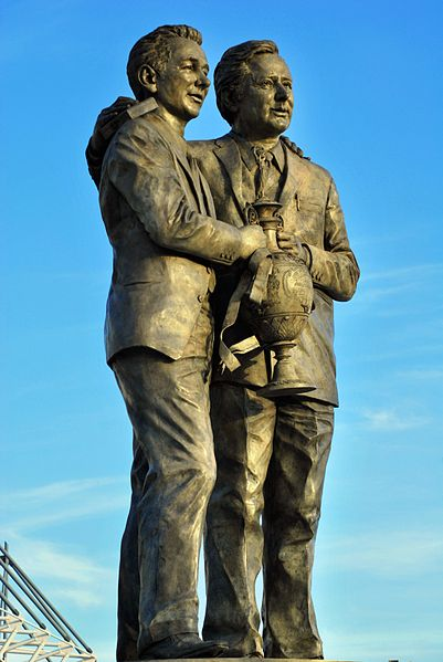 Estatua de Brian Clough y Peter Taylor en Derby (WIKIPEDIA).