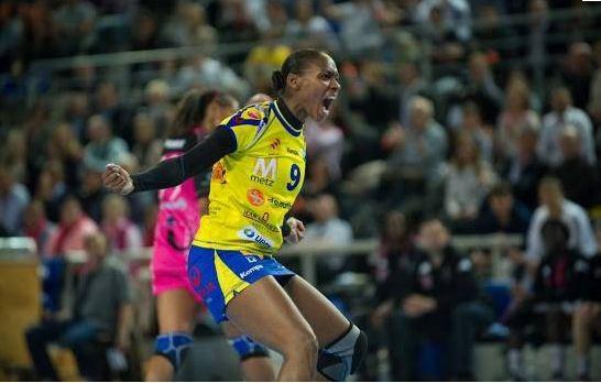 Una jugadora del Metz francés, ataviada con una falda de juego (20Minutos)