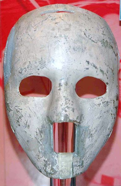 Máscara original de Jacques Plante, fabricada en fibra de vidrio (WIKIPEDIA).