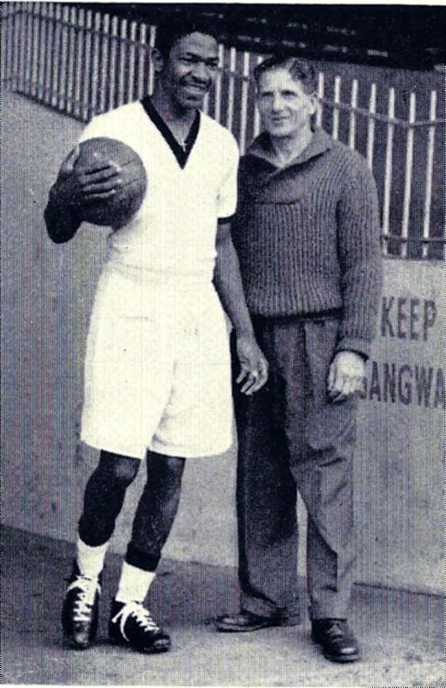 Steve Mokone, en los 50 (Coventry City)