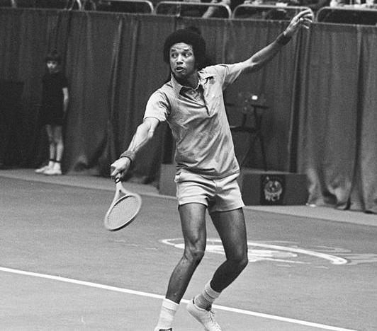 Arthur Ashe, en 1975 (WIKIPEDIA)