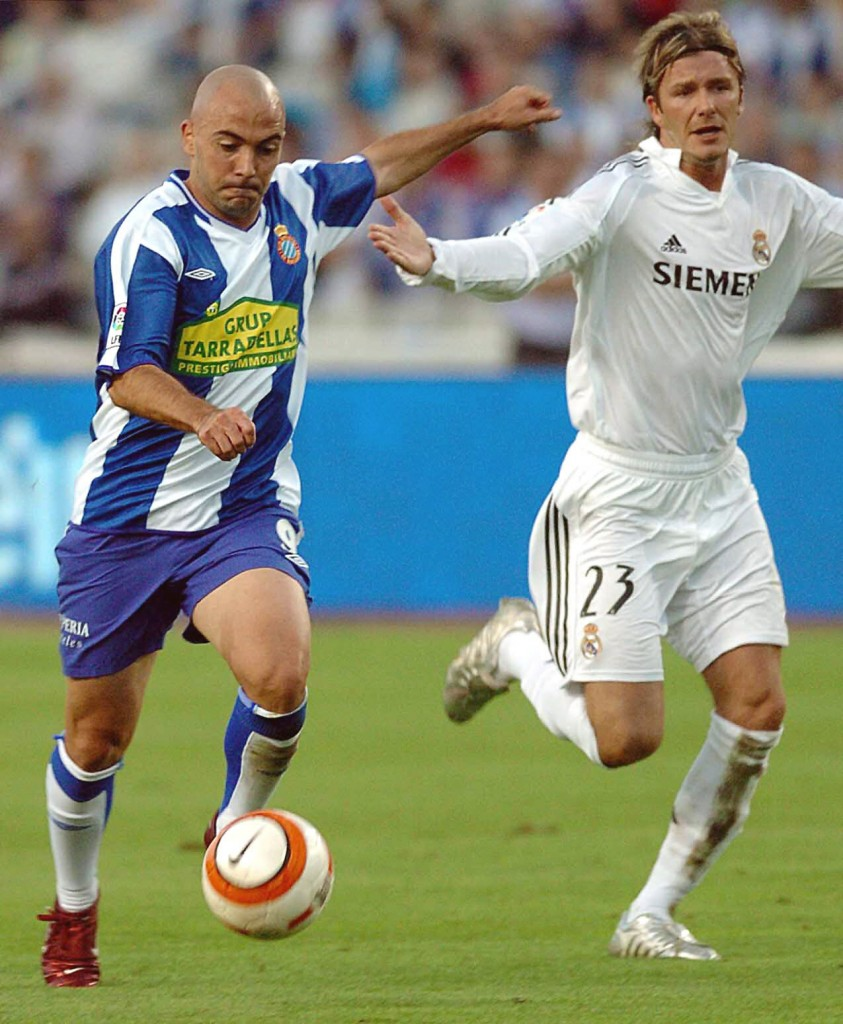 De la Peña, con el Espanyol, trata de controlar un balón junto a Beckham, del Real Madrid, en 2005 (Archivo 20minutos).