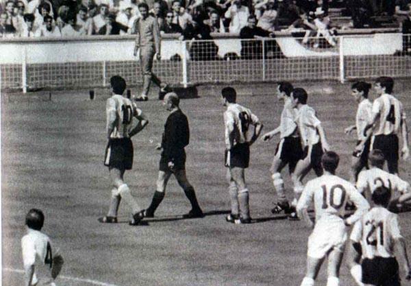 Rattín, con el 10 a la espalda, tras ser expulsado por Rudolf Kreitlein en Wembley (WIKIPEDIA)