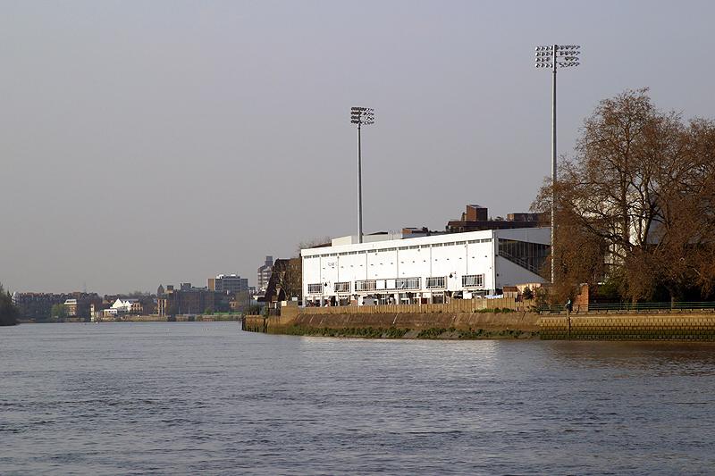 Vista del estadio desde el Támesis (WIKIPEDIA).