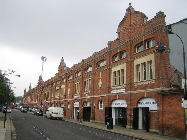 Fachada del estadio en la calle Stevenage Road (WIKIPEDIA).