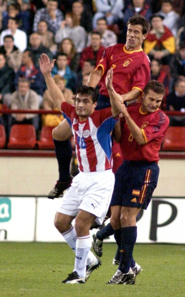Acuña, con la selección paraguaya junto a Albelda y Baraja, de España en un amistoso disputado en Logroño en 2002 (Archivo 20minutos).
