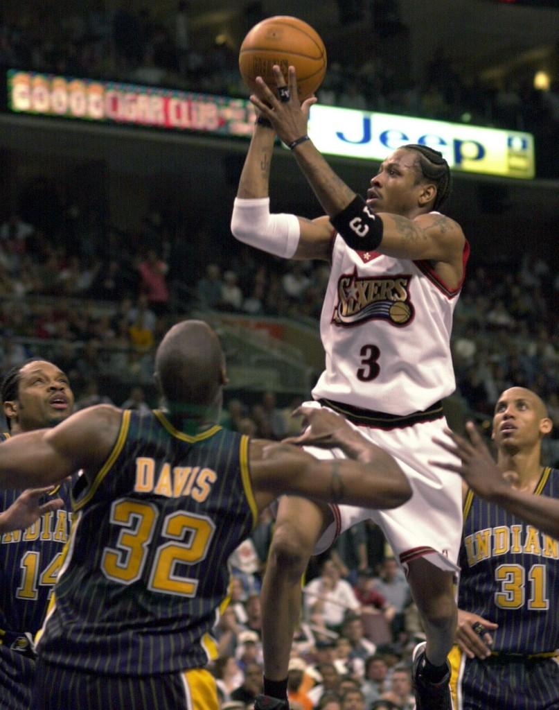 Allen Iverson lanza a canasta rodeado por Sam Perkins, Dale Davis y Reggie Miller, en el año 2000.