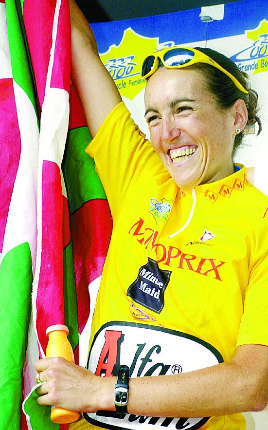 Joane Somarriba, en el podio de París tras ganar el Tour femenino de 2001 (Archivo 20minutos).