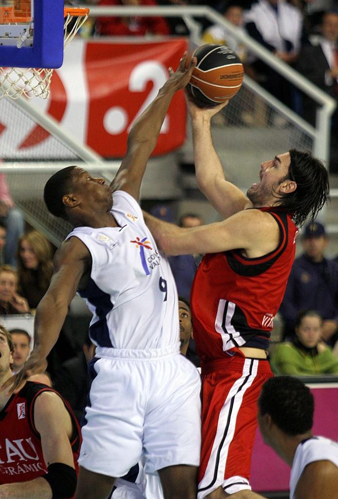 Kornegay intenta taponar a Scola en un partido entre el Etosa Alicante y el TAU de la Liga ACB en 2007 (Archivo 20Minutos).