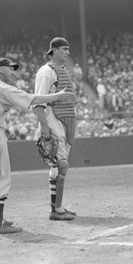 Moe Berg, en un partido en Fenway Park (FLICKR / Boston Public Library)