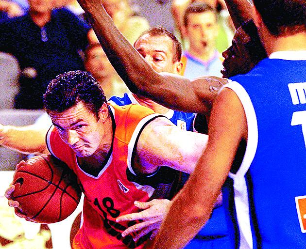 Dejan Tomasevic penetra a canasta en un Pamesa-Estudiantes del año 2003 (Archivo 20minutos).