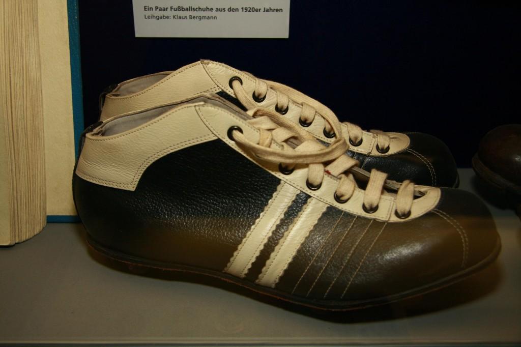 Réplica de unas botas de los años 20, en el Museo del Schalke 04 (WIKIPEDIA)