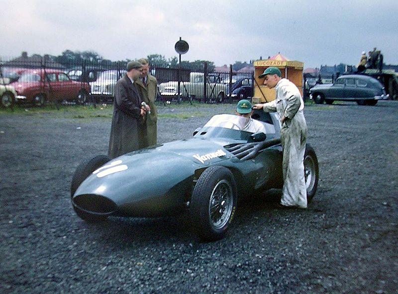 Moss, al volante de Vanwall en Aintree en 1957 (WIKIPEDIA).