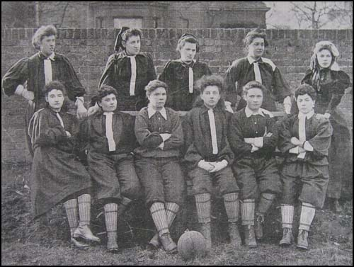 El once inicial de las representantes del norte de Londres de las British Ladies. Hneyball es la segunda por la izquierda, de pie (WIKIPEDIA).