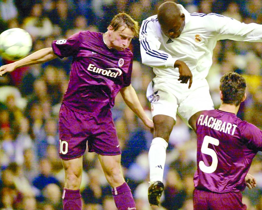 Geremi remata de caebza en un partido de Champions entre el Madrid y el Sparta de Praga en Champions en 2002 (Archivo 20minutos).