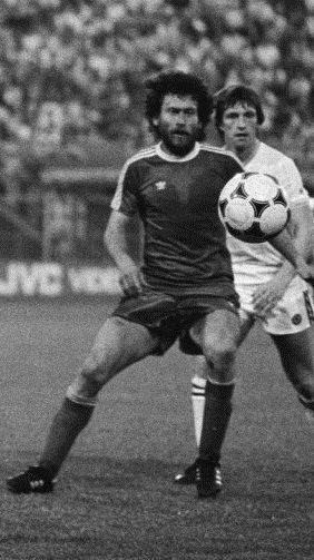 Breitner, en acción con el Bayern (WIKIPEDIA)
