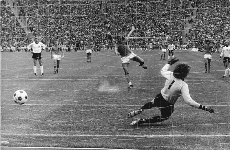 Neeskens, anotando el primer gol de la final del Mundial de 1974 (BUNDESARCHIV / WIKIPEDIA)