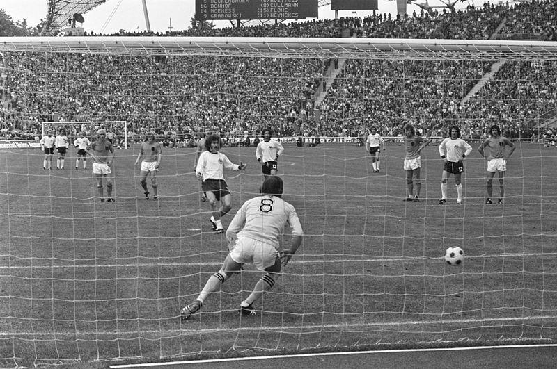 Breitner, marcando ante Holanda en la final del Mundial de 74, en Múnich (BUNDEARCHIV / WIKIPDIA).