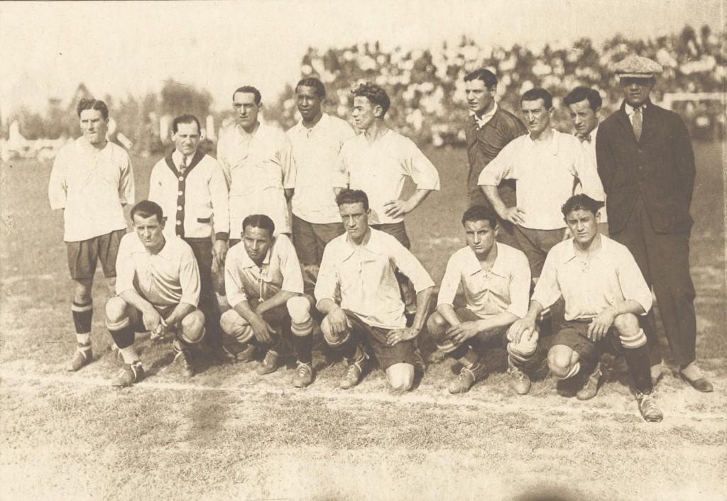 Uruguay, en 1926. Nasazzi es el primero por la izquierda, en la fila de los agachados (WIKIPEDIA).