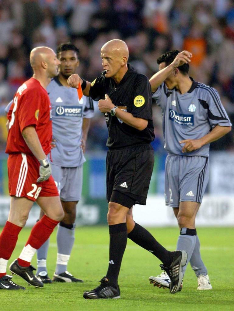 Collina, tras pitar penalti y expulsar a Fabien Barthez, portero del Olympique de Marsella, en la final de la UEFA de 2004 ante el Valencia, que se disputó en Ullevi Stadion de Goteborg, Suecia (Archivo 20minutos).